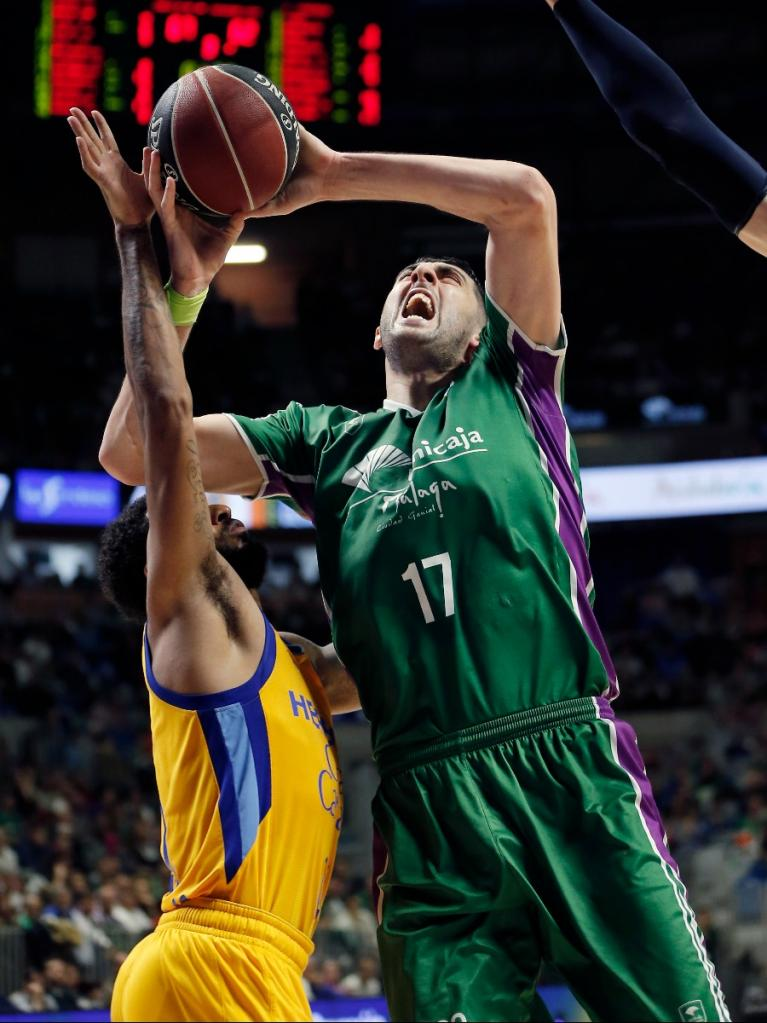 Shermadini intenta anotar ante la defensa del Herbalife Gran Canaria