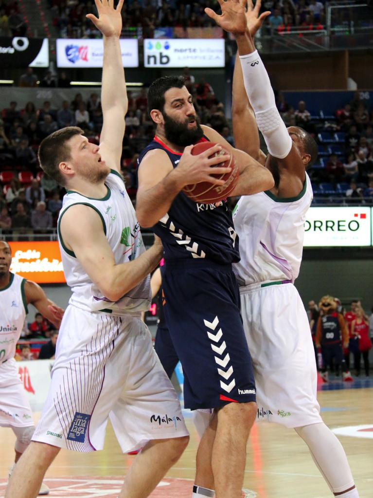Cooley y Thomas defienden a Bourousis
