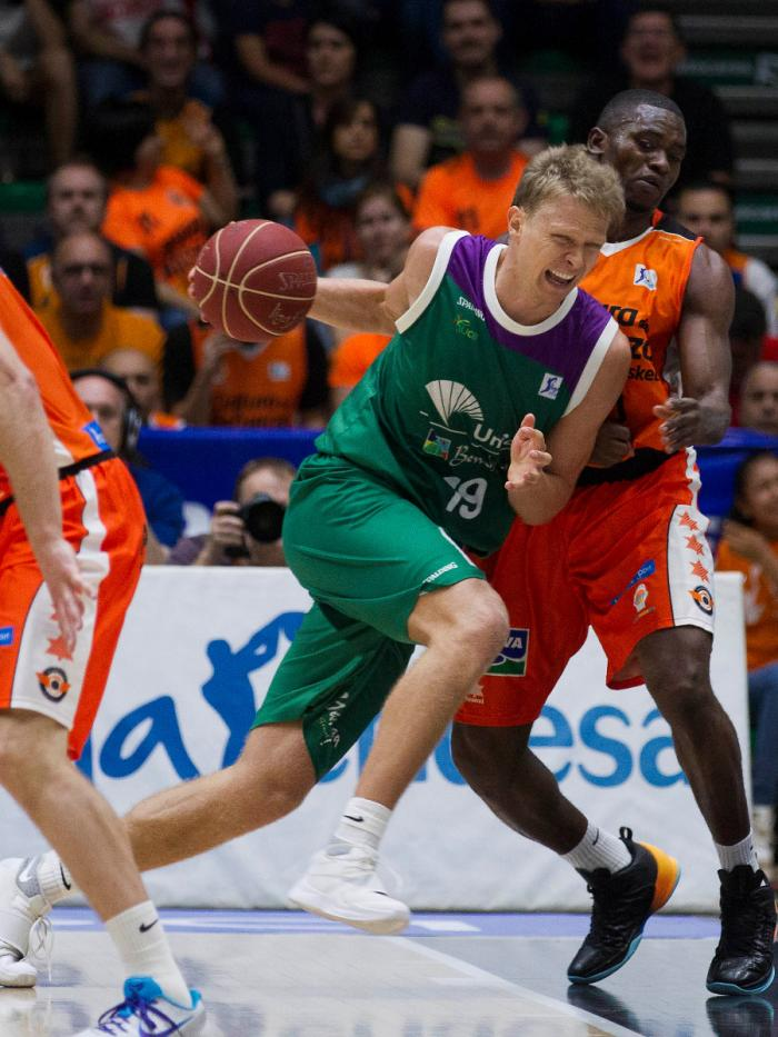 Kuzminskas intenta superar a Sato